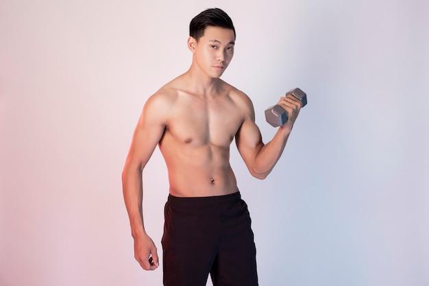 Bel homme de remise en forme musculaire