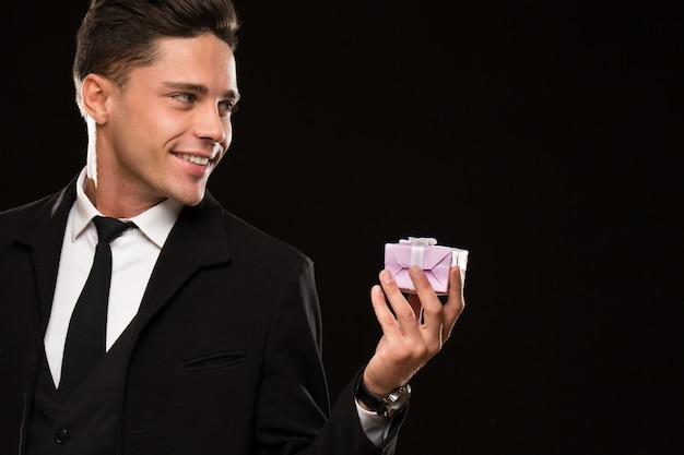 Bel homme romantique avec une boîte cadeau