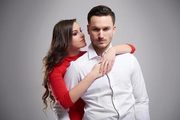 Bel homme et sa jolie petite amie