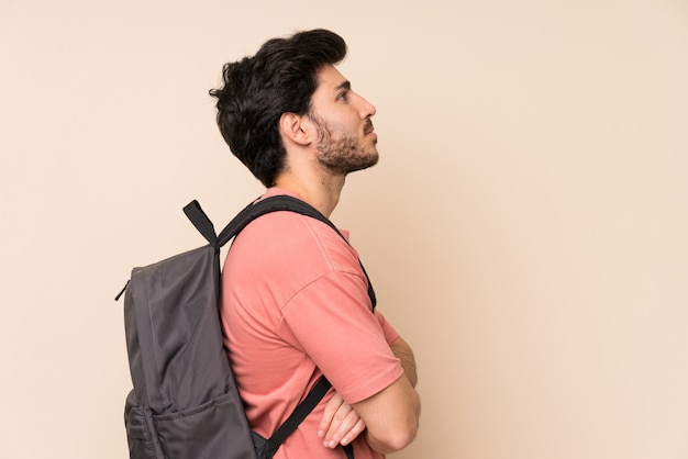 Bel homme avec sac à dos