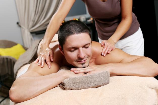 Bel homme se détendre dans un spa