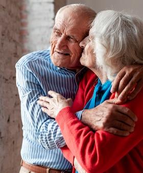 Bel homme senior et femme ensemble