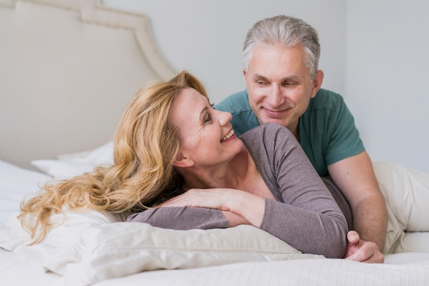 Bel homme senior et femme souriante