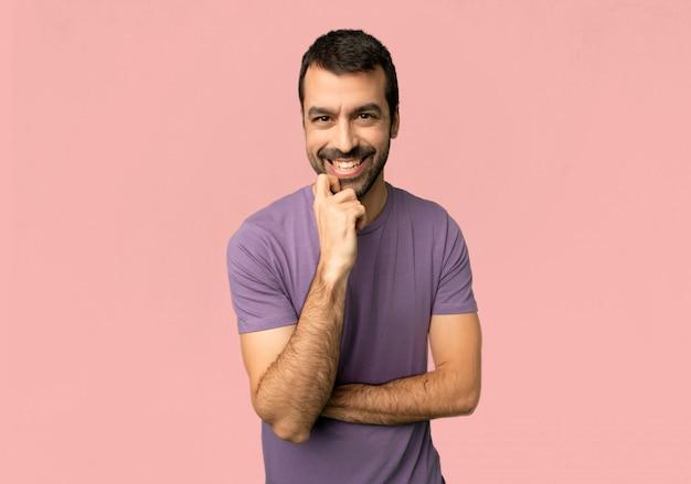 Bel homme souriant avec une douce expression