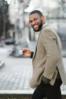 Bel homme souriant à l'extérieur