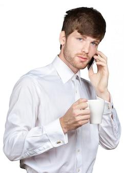 Bel homme souriant tenant la tasse