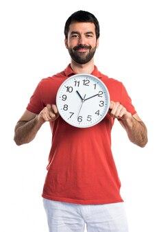 Bel homme tenant l'horloge