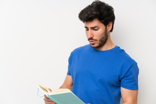 Bel homme tenant et lire un livre