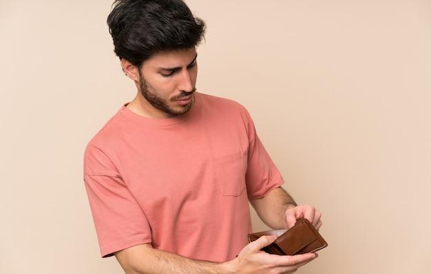 Bel homme tenant un portefeuille