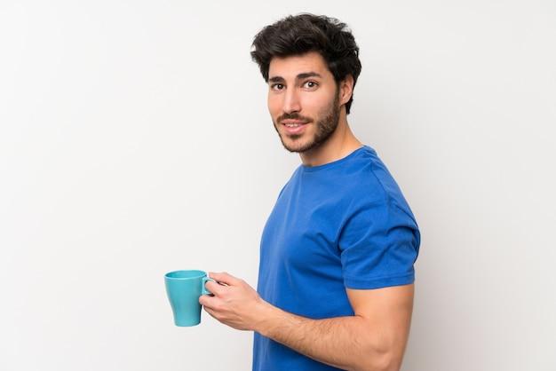 Bel homme tenant une tasse de café