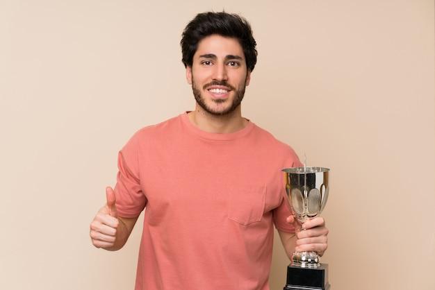 Bel homme tenant un trophée