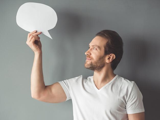 Bel homme tient une bulle de dialogue