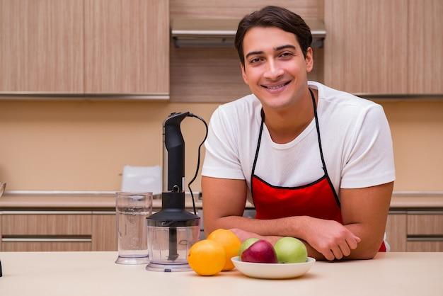 Bel homme travaillant à la cuisine