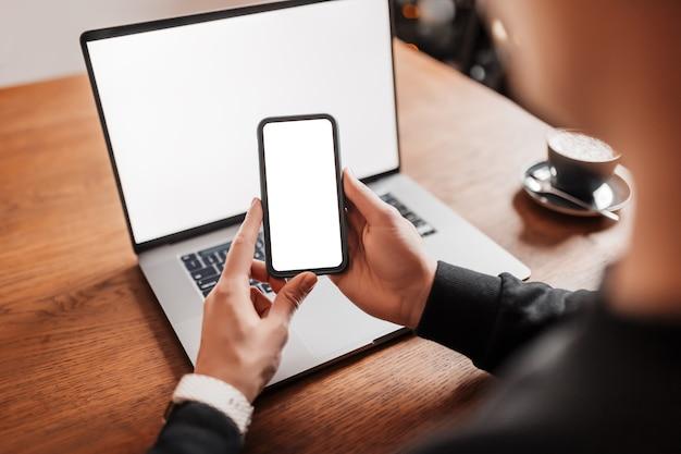 Bel homme travaillant sur ordinateur portable sur le lieu de travail.