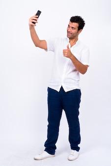 Bel homme turc contre le mur blanc