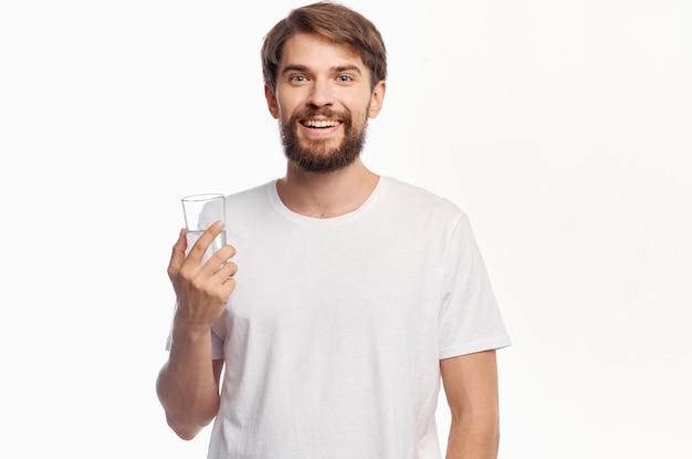 Bel homme verre d'eau fond isolé
