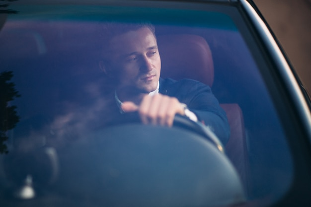 Bel homme en voiture