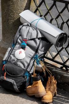 Bel homme voyageant avec son sac à dos