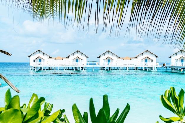 Bel hôtel tropical de villégiature aux maldives et île avec plage et mer