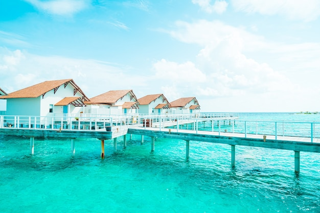 Bel hôtel de villégiature tropical aux maldives et île avec plage et mer