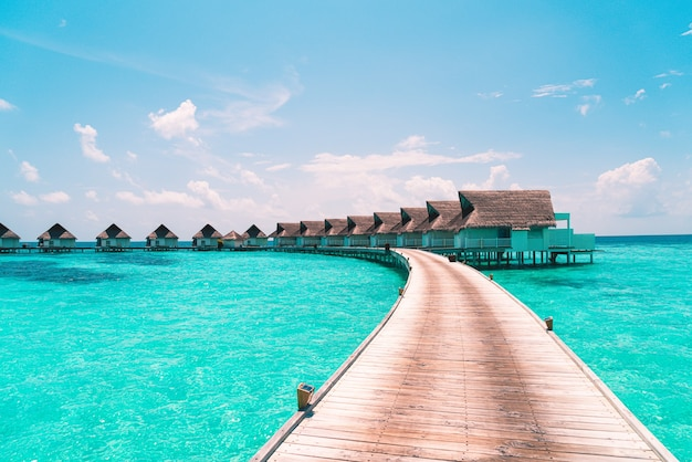Bel hôtel de villégiature tropical des maldives et île avec plage et mer - améliorez le style de traitement des couleurs