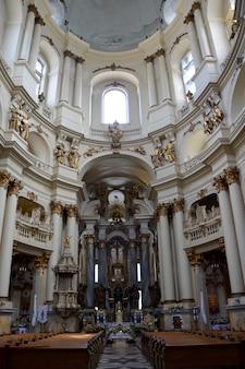 Bel intérieur de cathédrale catholique