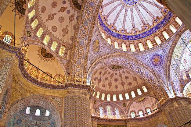 Le bel intérieur décoré de la mosquée bleue, istanbul, turquie