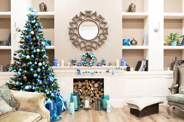 Bel intérieur de nouvel an avec arbre de noël dans le coin