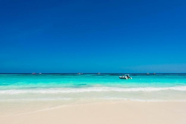 Bel océan bleu avec une vague douce en été pour se détendre,