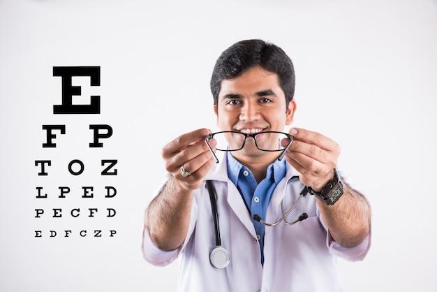 Bel ophtalmologiste indien ou optométriste ou spécialiste des yeux, présentant des verres numérotés, isolés sur fond blanc