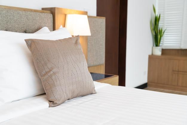 Bel oreiller sur l'intérieur de la chambre décoration de lit