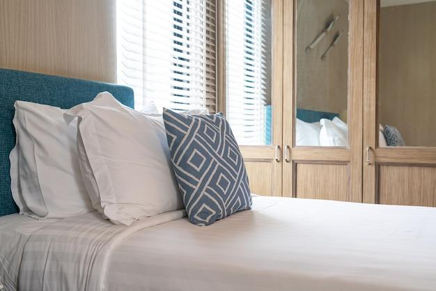 Bel oreiller sur l'intérieur de la chambre de décoration de lit