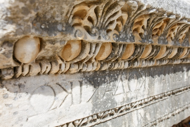 Bel ornement gracieux, élément de construction, parties de ruines et ruines de l'antiquité antique.