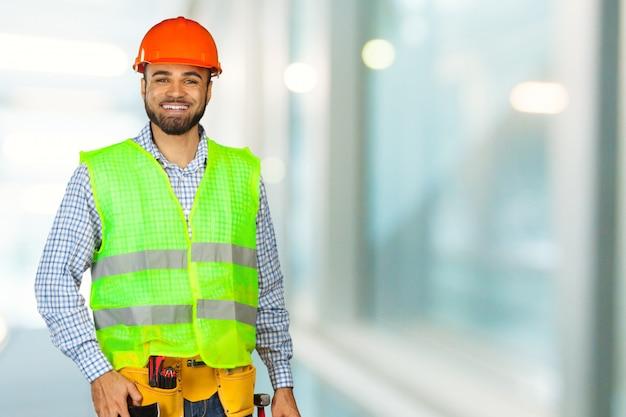 Bel ouvrier heureux