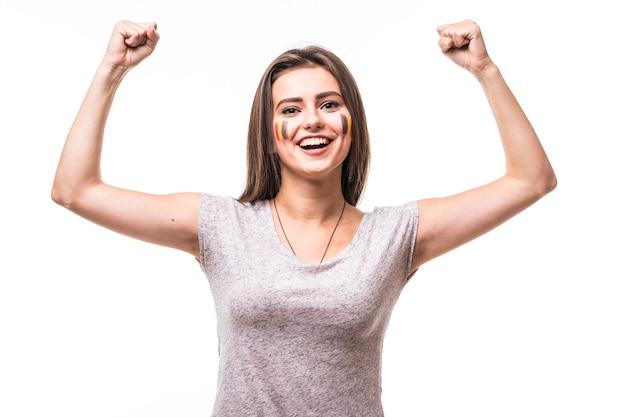 La belgique gagne. victoire, heureux et objectif crient les émotions de fan de football femme belgique dans le jeu de soutien de l'équipe nationale de belgique sur fond blanc. concept de fans de football.