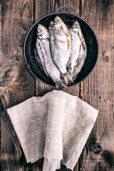 Bélier de poisson dans une poêle ronde en fonte