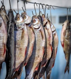 Le bélier de poisson salé est suspendu à un fil et séché à l'extérieur