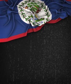 Belize flag vintage sur un tableau noir grunge avec un espace pour le texte