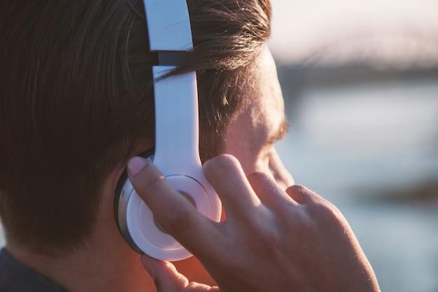 Belle adolescente asiatique écoute de la musique, des écouteurs et gros plan de la main