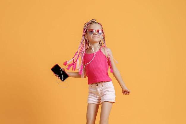 Belle adolescente avec des dreadlocks avec téléphone portable à la main