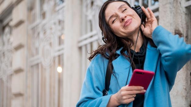 Belle adolescente écoutant de la musique