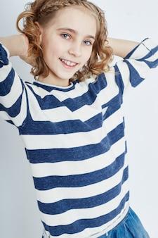 Belle adolescente jeune mannequin aux cheveux longs