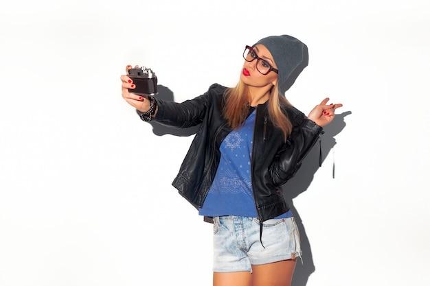 Belle adolescente prenant selfie