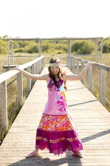 Belle adolescente avec une robe fleur pourpre rose
