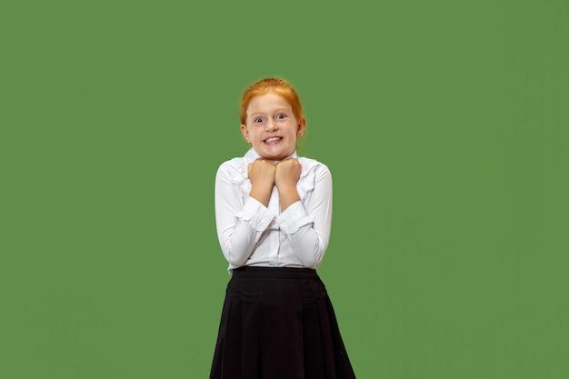 Belle adolescente à la surprise isolé sur vert