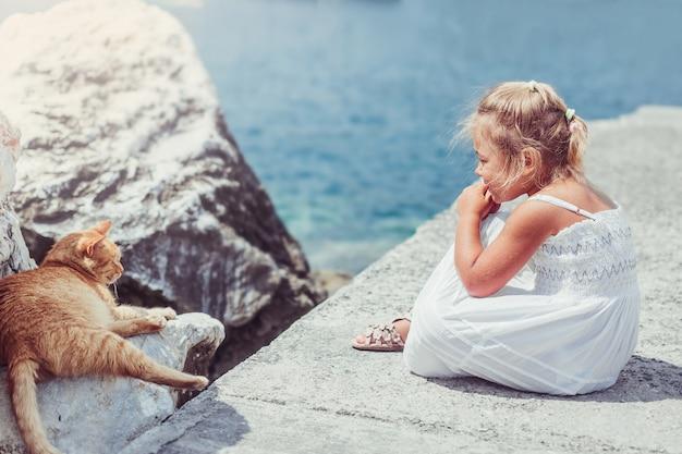 Belle adorable petite fille avec un chat portrait féminin décontracté mode de vie beauté fille joyeuse