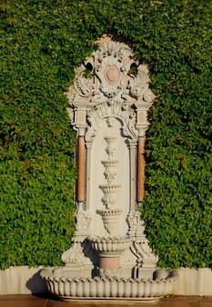 Belle ancienne fontaine turque dans un mur végétalisé de la vieille ville