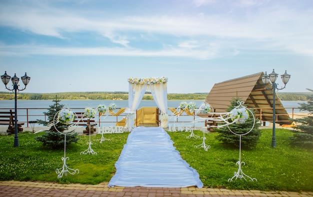 Belle arche de mariage et installée au bord de la mer