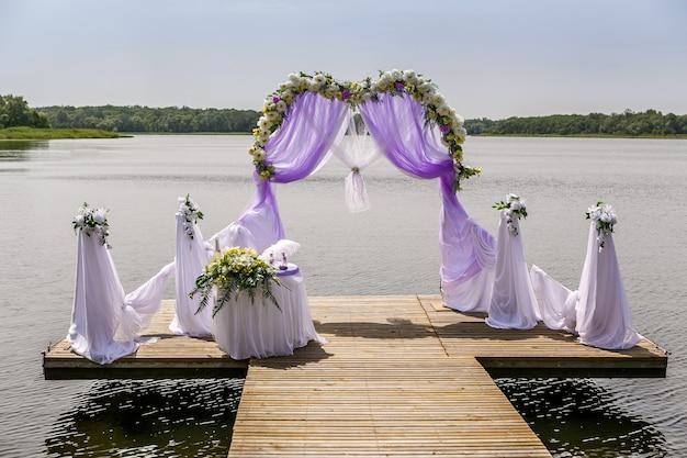 Belle arche de mariage sur la plage