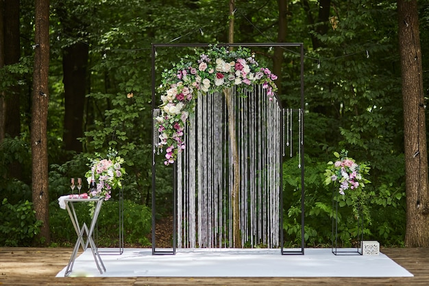 Belle arche de mariage pour cérémonie dans un style rustique situé en forêt